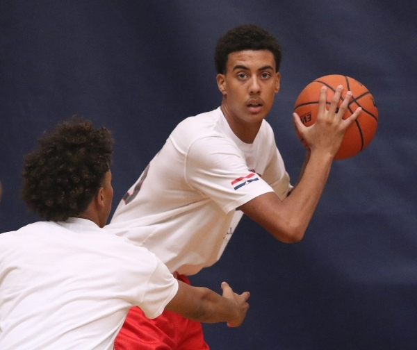 Greg Floyd Jr., right, is guarded by Capri Uzan during a Las Vegas Knicks basketball practice at Tarkanian Basketball Academy Tuesday, July 21, 2015, in Las Vegas. Floyd is a sophomore at Desert P ...