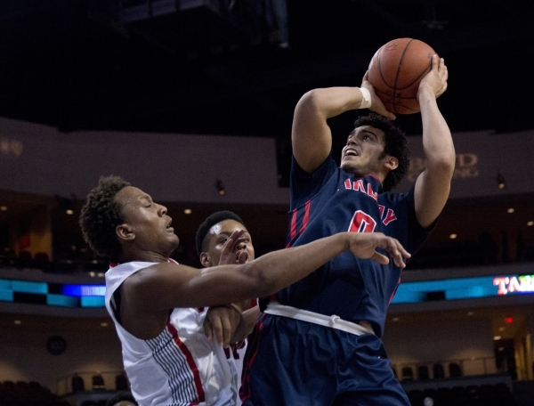 Findlay Prep's Markus Howard (0) attempts to put a shot over Victory Prep's John Dockery (1) during the fourth annual Tarkanian Classic basketball tournament at the Orleans Arena in La ...
