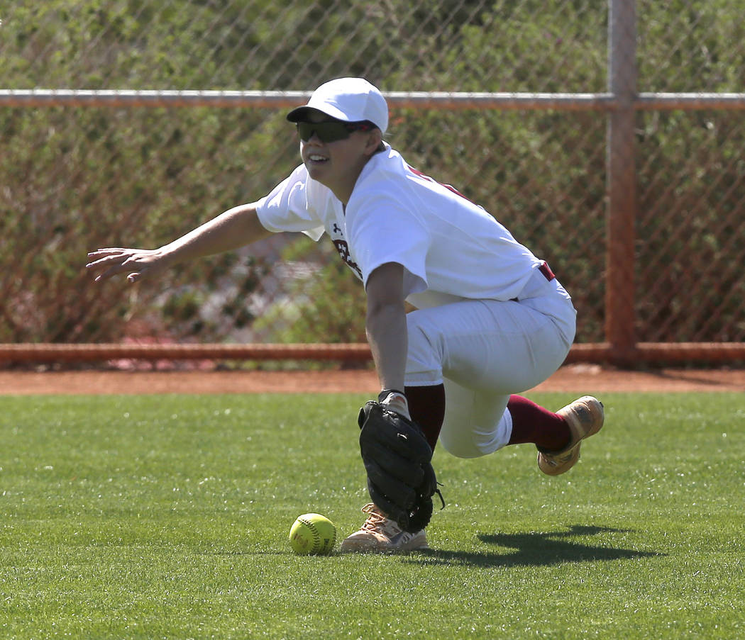 Desert Oasis's Meagan Anders (2) misses an outfield catch during a high school softball game at Majestic Park on Thursday, April 13, 2017, in Las Vegas. Basic won 5-2. Christian K. Lee Las Vegas R ...