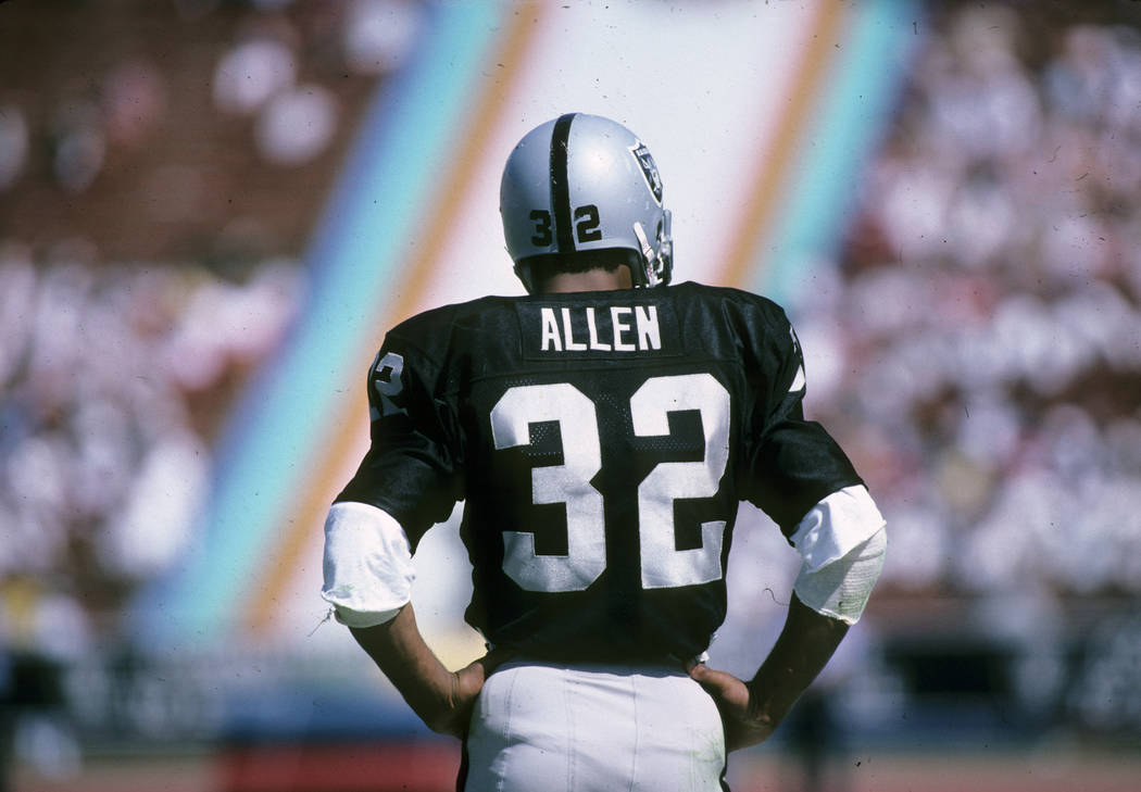 Los Angeles Raiders Hall of Fame running back Marcus Allen (32) during a 14-9 loss to the New York Giants on September 21, 1986, at the Los Angeles Memorial Coliseum in Los Angeles, California.  ( ...