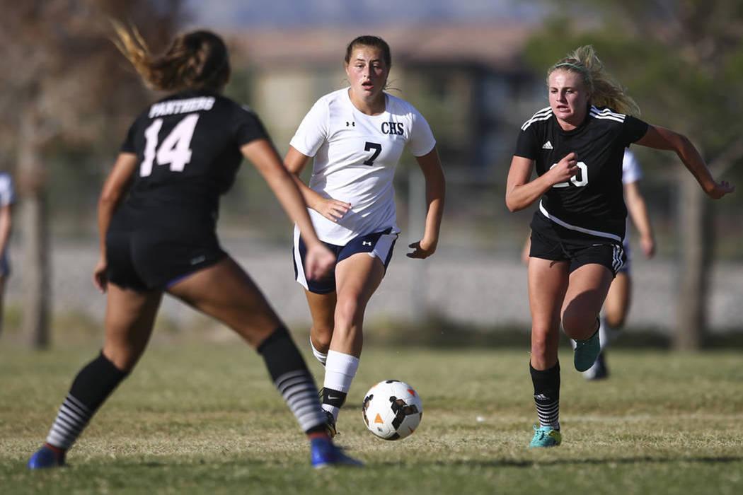 Marcella Brooks (7) de Centennial High School mantiene el balón por delante de Carlee Giammona de Palo Verde High School (20) durante un partido de fútbol en Centennial High School en Las Vegas ...