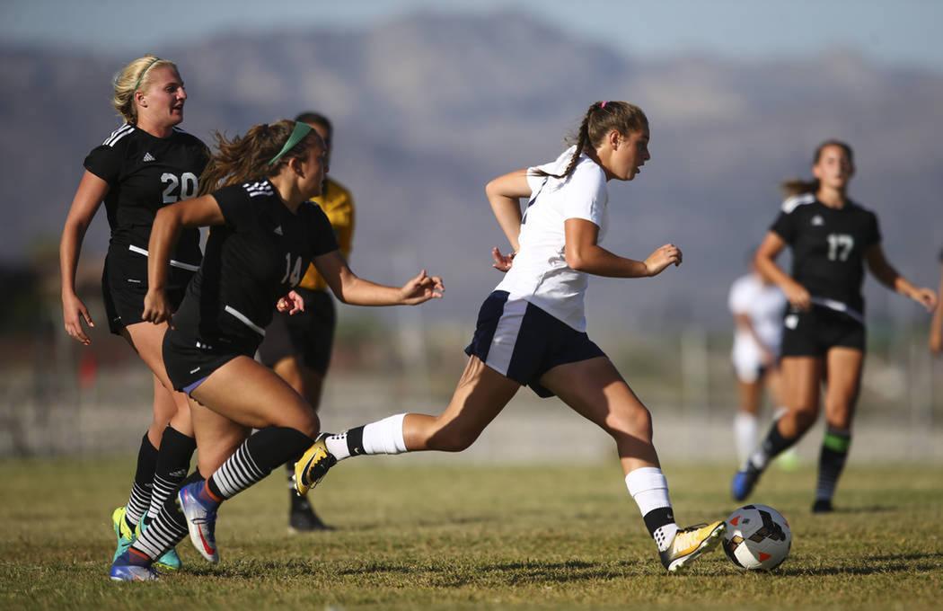 Marcella Brooks (7) de Centennial High School, a la derecha, mueve el balón a Palo Verde High School durante un partido de fútbol en Centennial High School en Las Vegas el martes 19 de septiembr ...