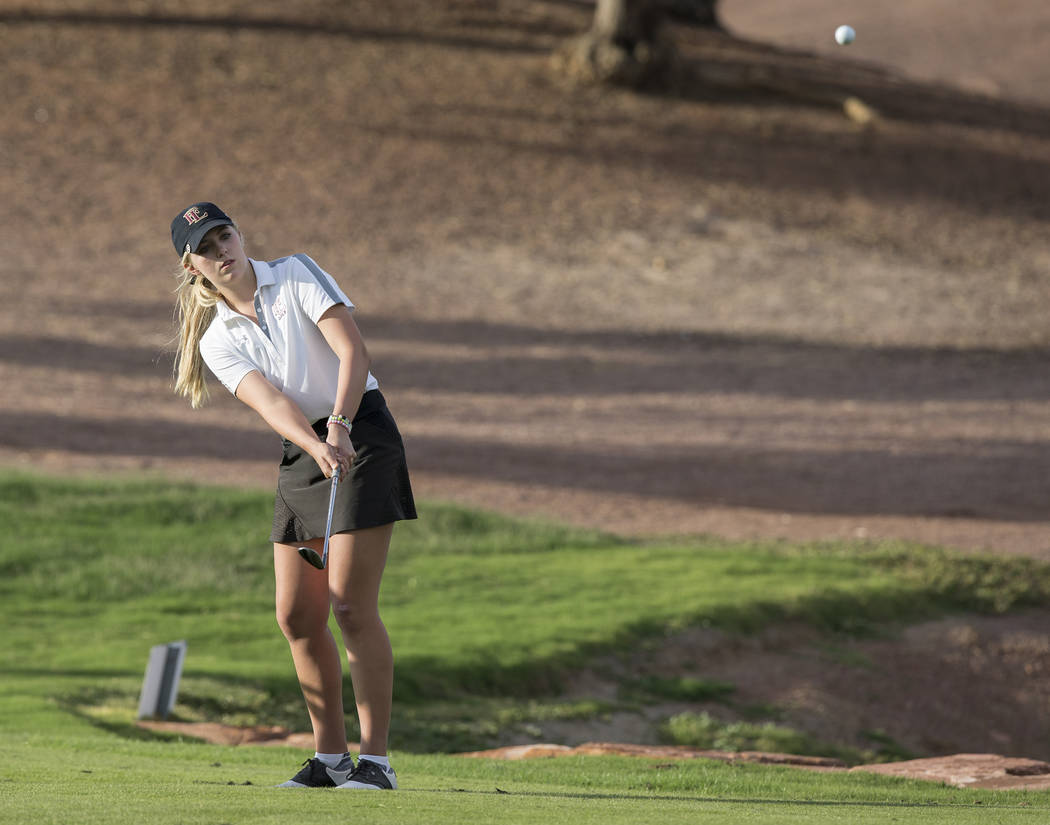 Faith Lutheran sophomore Gracie Olkowski chips onto the green at Stallion Mountain Golf Club on Wednesday, Oct. 10, 2018, in Las Vegas. Benjamin Hager Las Vegas Review-Journal @benjaminhphoto
