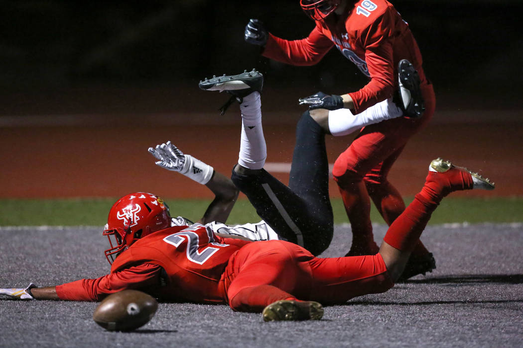 Arbor View's Niles Scafati-Boyce (27) blocks Desert Pines' Ezekiel Washington (21) from catching the ball in the end zone during second half of the Mountain Region football semifinal game at Arbor ...