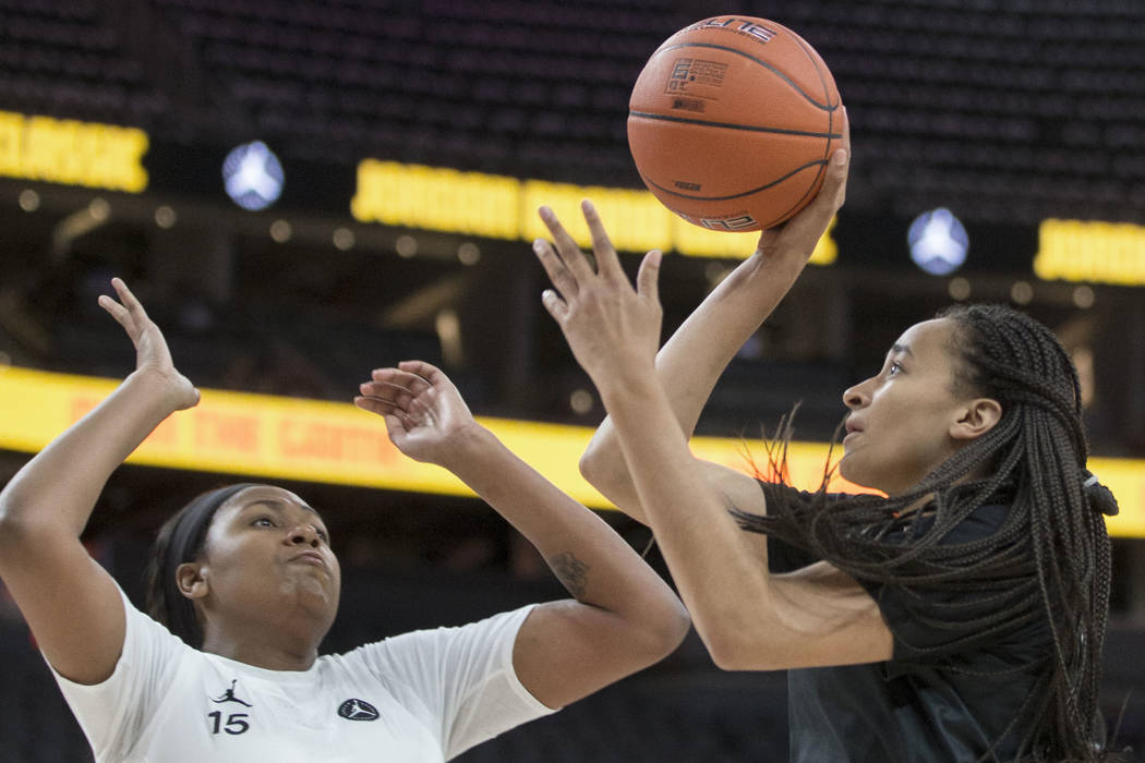 Haley Jones (30) shoots a corner jump shot over Angel Jackson (15) in the first quarter during ...